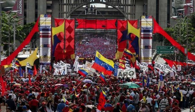 Maduro-pide-cambiar-la-Constitución-y-oposición-llama-a-rebelión-contra-golpe.jpg